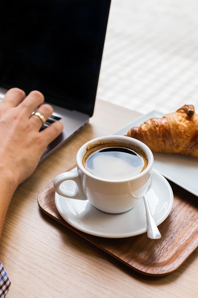 freelancer sitting in cafe drinking coffee and usi YBBTFER